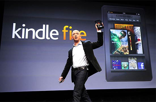 Jeff Bezos, CEO da Amazon, apresenta o Kindle Paperwhite durante evento em Santa Monica, na Califórnia