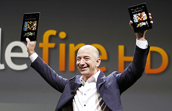 Jeff Bezos, executivo-chefe da Amazon, apresenta o tablet Kindle Fire HD durante evento em Santa Mônica, EUA | Reed Saxon/Associated Press