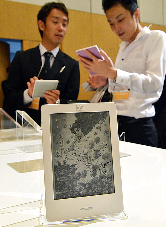 Kobo Touch, fabricado pela canadense Kobo, é visto em evento em Tóquio; aparelho custará R$ 399 no Brasil | Yoshikazu Tsuno - 2.jul.12/France Presse