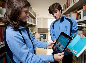 Após criar os verbetes, alunos vão colocar nos livros com verbetes os selos com tecnologia QR Code. Crédito da foto: Fabio Braga | Folhapress