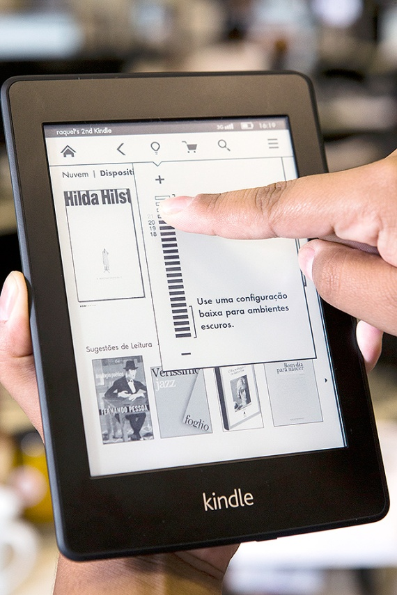O Kindle Paperwhite, leitor de livros eletrônicos da Amazon, durante o evento de lançamento brasileiro, em São Paulo | Fonte:  Adriano Vizoni - Folhapress - 18/03/2013