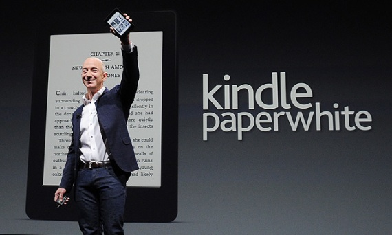 CEO da Amazon, Jeff Bezos, apresenta o Kindle Paperwhite, o e-reader mais recente da empresa