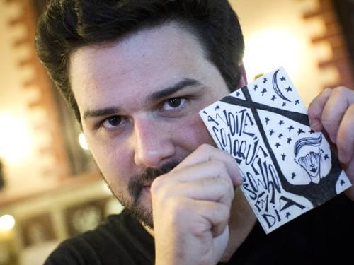 O publicitário e artista visual Pedro Gabriel faz poesia em guardanapos, no Lamas.