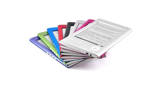 """O Cool-er, introduzido no Brasil pela Gato Sabido, foi o primeiro leitor de livros eletrônicos a chegar oficialmente ao país. Ele apresenta tela de 6 polegadas, 1 GB de armazenamento e um slot para cartões de memória com até 4 GB de capacidade. O dispositivo pesa 178 gramas, e suas dimensões são 180 x115 x 10 milímetros. A bateria tem autonomia de três semanas, ou 8.000 """"viradas de páginas"""" – como aponta o manual do produto.  Formatos de arquivos aceitos: PDF, EPUB, TXT, RTF, HTML, PRC, FB2, MP3 e JPG Preço: 550 reais"""