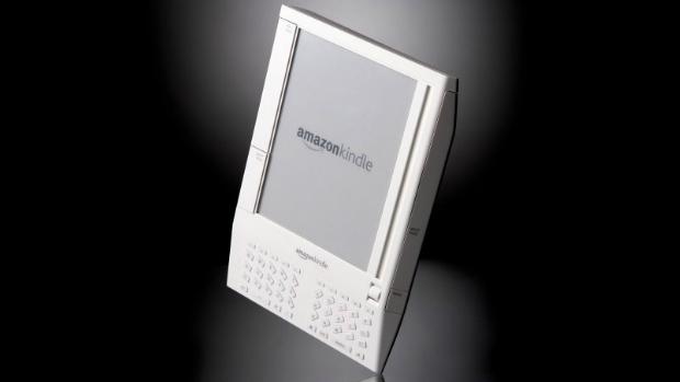 Lançada em 2007, a primeira versão do Kindle custava 399 dólares, tinha apenas 250 MB de armazenamento interno e tela de 6 polegadas. Foi a única a trazer um slot para cartões de memória SD. Com sua tecnologia de tinta eletrônica, que forma as palavras na tela a partir de pulsos elétricos, o dispositivo foi o responsável por revolucionar o setor de livros eletrônicos. Apenas cinco horas após seu lançamento, o dispositivo já estava esgotado. A reposição levou cerca de cinco meses para acontecer, em abril de 2008.