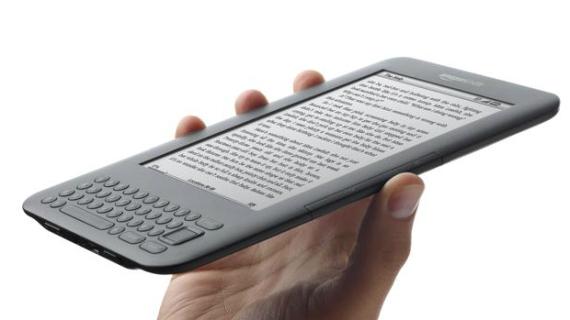 O Kindle 3, de 2010, marcou o início de uma nova era para a Amazon. Além de ser menor que os modelos anteriores, apesar de mantar a tela de 6 polegadas, ele foi lançado em duas versões: Wi-Fi e 3G, vendidas por 139 e 189 dólares, respectivamente. Com a estratégia, a empresa conseguiu aumentar a aceitação de seu produto no mercado. No mesmo ano, a Amazon lançou uma versão especial do leitor com anúncios, que ajudaram a reduzir o preço do dispositivo para 114 dólares.