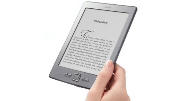 Em 2011, apenas um modelo de Kindle 4 foi lançando, com uma tela de 6 polegadas, 2 GB de armazenamento e sem o teclado físico. A Amazon preferiu diminuir o aparelho, inluindo apenas os botões de navegação. Para criar anotações, o usuário precisa acessar um teclado virtual, controlado pelos quatro botões. O preço do aparelho era de 109 dólares.