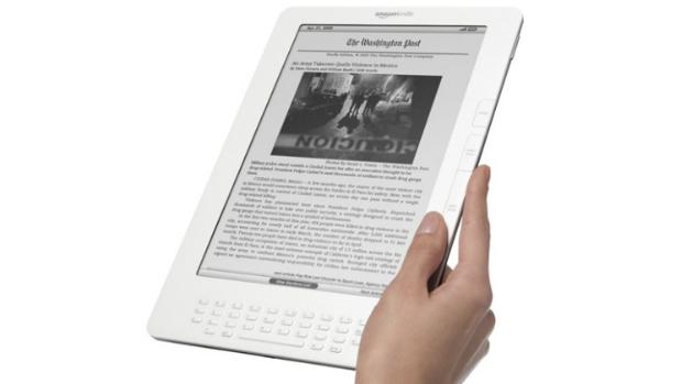 Apresentado ao mercado em 2009, o Kindle DX tinha uma tela de 9,7 polegadas que fugia ao padrão adotado pela companhia. Além do tamanho, a principal novidade do aparelho era a capacidade de se comunicar com a rede 3G da Amazon, a Whispernet, fora dos Estados Unidos. Ele tinha 4 GB de armazenamento interno e custava 489 dólares.