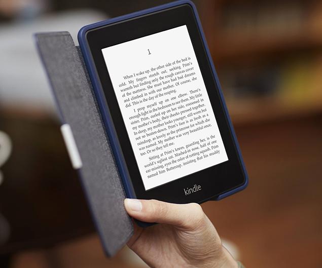 O leitor Kindle Paperwhite de segunda geração, vendido pela Amazon no Brasil