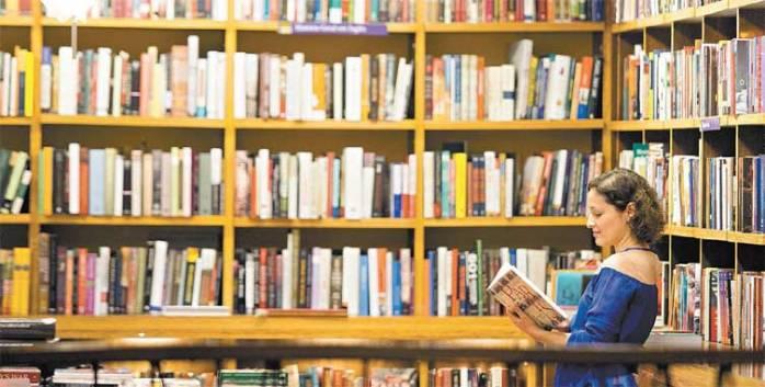 Leitora faz compras em livraria de SP; concorrência faz títulos impressos ficarem mais baratos que versões digitais | Foto: Davi Ribeiro - 4.jul.2014/Folhapress