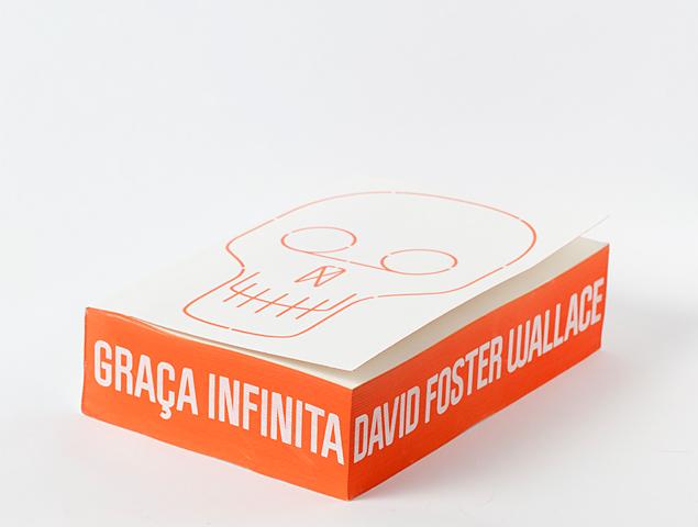 A versão impressa de 'Graça Infinita' pesa 1,49 kg | fotoGabriel Cabral/Folhapress