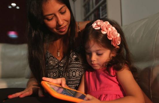 De outro jeito. Vanessa e a filha, Isabela, jogam versões high-tech de quebra-cabeças