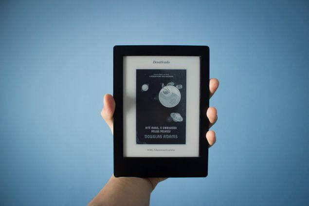 Aura H2O, que tem tela de 6,8 polegadas e boa resolução | Foto: Anderson Leonardo/Folhapress