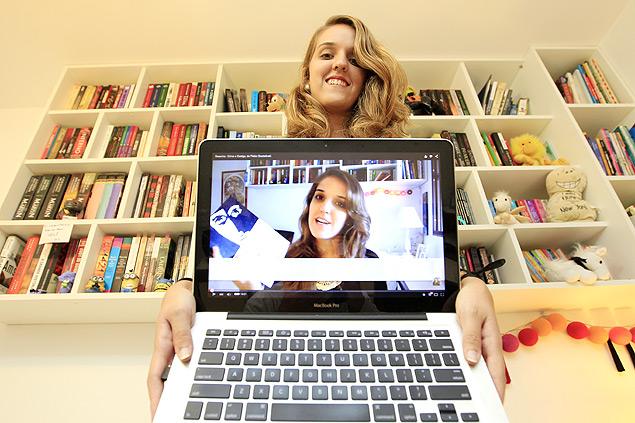 Mariana Gastal mostra um dos vídeos gravados na sua casa em Brasília | Fonte: Beto Barata | Folhapress