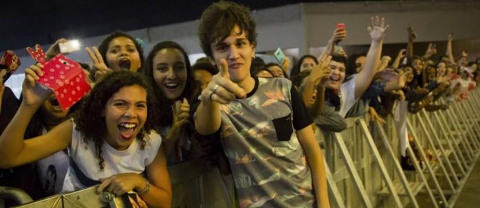 Christian Figueiredo posa com fãs na fila do Espaço Maracanã; novo livro do jovem escritor já vendeu mais de 70 mil exemplares, segundo a editora - Fernando Lemos