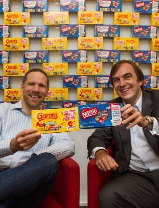 Alex Szapiro [Amazon] e Liberato Milo [Nestlè] comemoram parceria no projeto Bombom de Ler   © Divulgação