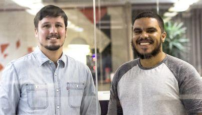 Julian Vilela e Paulo Santos criaram o Leitura de Bolso que distribui conteúdos de livros via WhastApp   © Divulgação